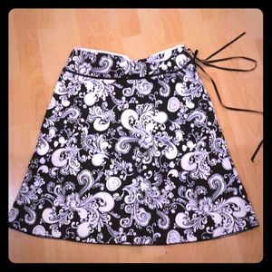Dresses & Skirts - A line Black and white swirl skirt, size 4, EUC